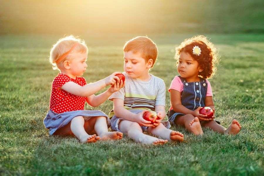 Children eating apples - Children's Dentistry of Lincoln